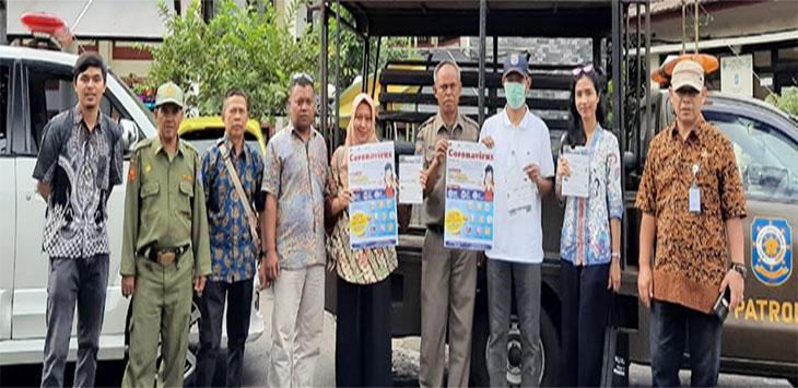 Petugas Satuan Polisi Pamong Praja (Satpol PP) Kecamatan Tapos sedang bersiap berpatroli sambil memberikan imbauan kepada masyarakat.
