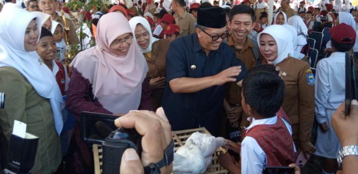 Walikota Bandung, Oded M Daniel saat bertemu dengan para pelajar dan membeli ayam hasil peliharaan para pelajar
