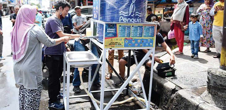 Masyarakat saat mencuci tangan di wastafel umum yang disiapkan Pemkot Sukabumi yang disebar di beberapa pusat keramaian sebagai salah satu langkah memutus mata rantai penyebaran virus corona atau Covid-19 di Kota Sukabumi.