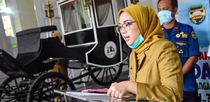 Bupati Purwakarta Anne Ratna Mustika, saat memberikan keterangan masalah covid 19 di depan gedung negara pemda Purwakarta.