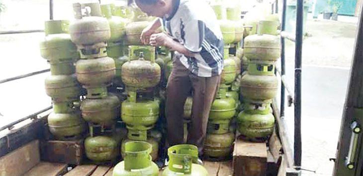 Salah seorang pegawai di pangkalan gas elpiji yang akan mendistibusikan gas elpiji kepada setiap penjual eceran di wilayah Kota Sukabumi.