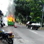 Angkot Jurusan Ciomas- Merdeka Terbakar di Depan Yonif 315 Bogor