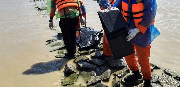 Korban tenggelam di Sungai Cirebon dievakuasi Tim SAR Gabungan, Selasa (7/4/2020)./Foto: Istimewa