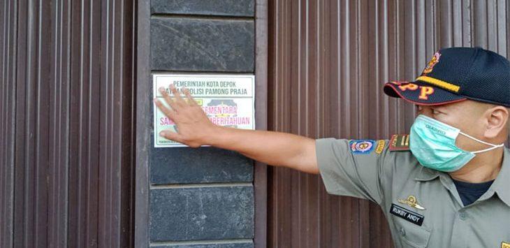 Pol PP saat menutup tempat hiburan yang ada di Kota Depok