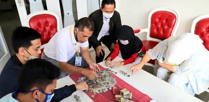 Wali Kota Cimahi Ajay Muhammad Priatna beserta jajaran menghitung uang celengan Keisha./Foto: Istimewa