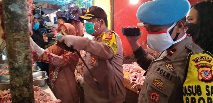Polres dan Pemkot Cimahi saat mengecek pasar tradisional jual daging di Bandung, Kamis (14/5/2020)./Foto: Istimewa