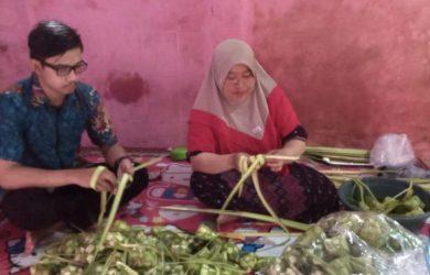 Guru SD jualan ketupat di Karawang