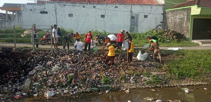 Karang Taruna Merpati Putih saat membersihkan sampah liar. Dede