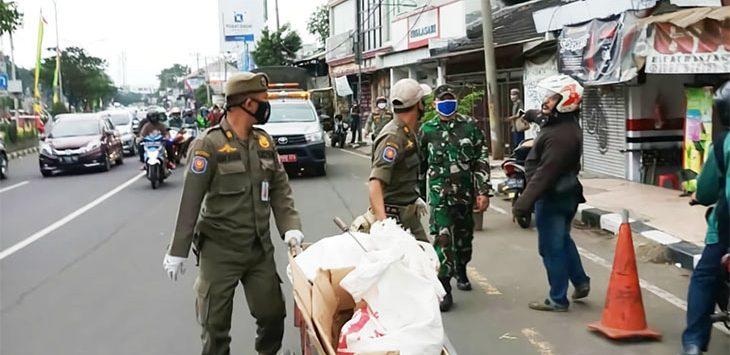 Dianggap mengganggu ketertiban, puluhan manusia gerobak ditertibkan petugas Satpol PP Kota Depok.
