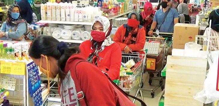 Masyarakat tetap antusias berbelanja di salah satu toserba di Sumedang meski dalam situasi PSBB.
