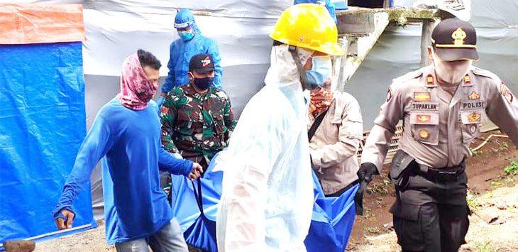 Jenazah pemuda yang meninggal di kandang ayam akibat kekurangan oksigen dievakuasi oleh tim dari Polres Purwakarta.