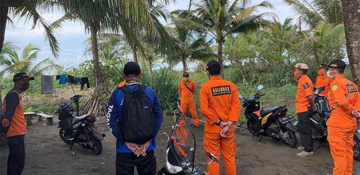 Tim SAR Kantor SAR Bandung melalukan pencarian korban hilang terseret arus ombak, di pantai Bojongsalawe Pangandaran.