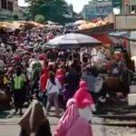 Pasar Anyar macet parah karena membeludaknnya warga yang belanja dan abaikan PSBB (ist)