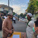 Pengecekan suhu tubuh sebelum masuk ke area masjid di Bekasi