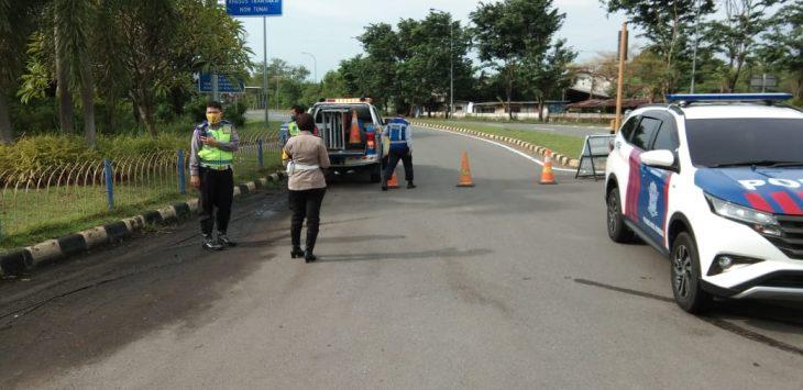 Kepolisan berjaga di depan pintuk masuk tol arah Jakarta. Ist