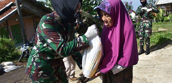 Pusdikkowad Bagikan Sembako di Wilayah Lembang