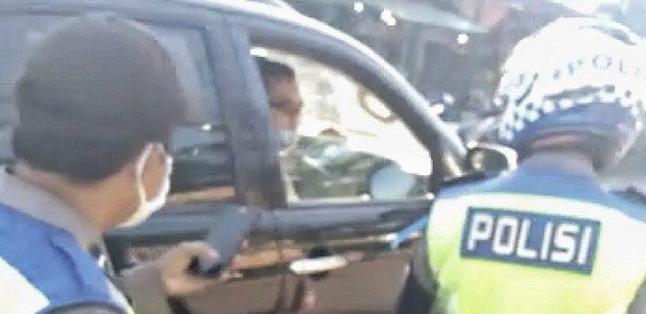 Tangkapan layar video oknum polisi tak bermasker marahi polisi yang berjaga di Pos PSBB Kecamatan Ciparay, Kabupaten Bandung, Senin (25-5-2020)