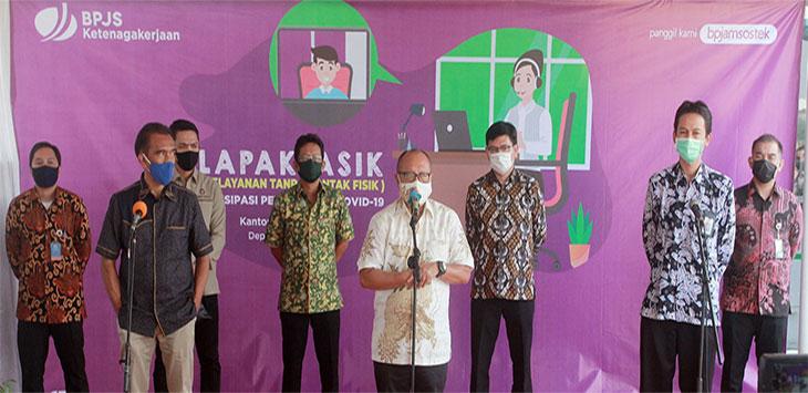 Direktur Utaman BPJAMSOSTEK Agus Susanto (tengah) didampingi anggota Ombudsman RI Laode Ida (kedua kiri), Kabid Asistensi Sosial Kemenko PMK RI Arif Suprapto (kedua kanan) memberikan keterangan pers usai peninjauan pelayanan tanpa kontak fisik (Lapak Asik) One to Many di Kantor BPJAMSOSTEK Cabang Depok, Jalan Sersan Anning, Kecamatan Pancoranmas, Kamis (25/6/2020).