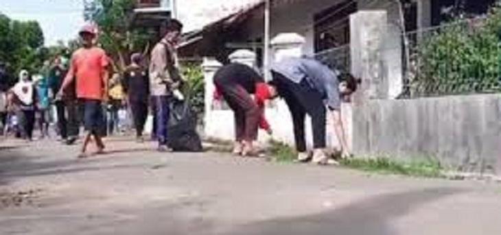 Bersih-bersih dan donor darah di Desa Babakan, Cirebon, Ahad (14/6/2020)./Foto: Istimewa