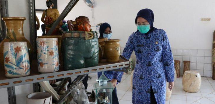 Bupati Purwakarta Anne Ratna Mustika, saat meninjau hasil produksi keramik.