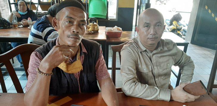 H. Badru (topi haji hitam) di dampingi Kades Sukatani, Asep Sumpena, saat diwawancara beberapa wartawan di purwakarta.