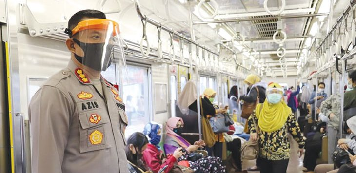 Kapolres Metro Depok, Kombes Azis Ardiansyah meninjau lokasi stasiun Depok Baru, Kecamatan Pancoranmas, guna melihat jumlah penumpang saat jam sibuk, Senin (15/6/2020).
