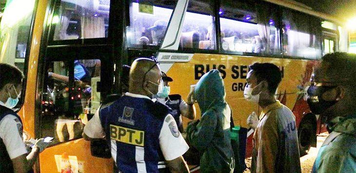 Sejumlah pengguna KRL Commuter Line memilih menggunakan bus yang disiapkan BPTJ, untuk mengantisipasi kepadatan penumpang KRL pada saat jam sibuk, Senin (15/6/2020).