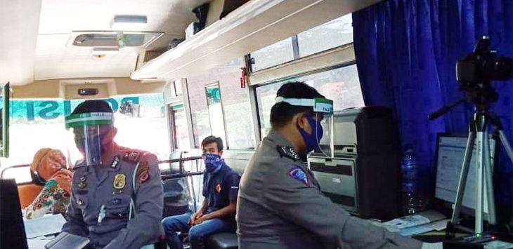 Petugas Satuan Lalulintas Polres Purwakarta kembali melayani permohonan perpanjangan layanan surat izin mengemudi secara keliling. Sebelumnya, layanan ini sempat dihentikan.