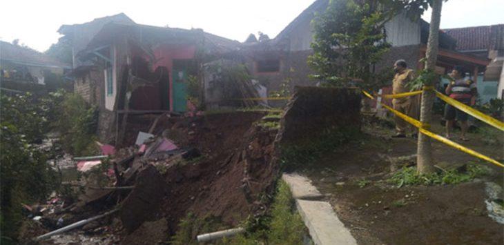 Sebuah rumah yang berlokasi di RT 02/04 Kelurahan Sriwidari ambruk akibat longsor yang menerjang lokasi tersebut.