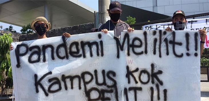 Sejumlah mahasiswa Kampus D Universitas Gunadarma, Jalan Raya Margonda, Kecamatan Beji, melalukan aksi unjukrasa, Senin (29/6/2020).
