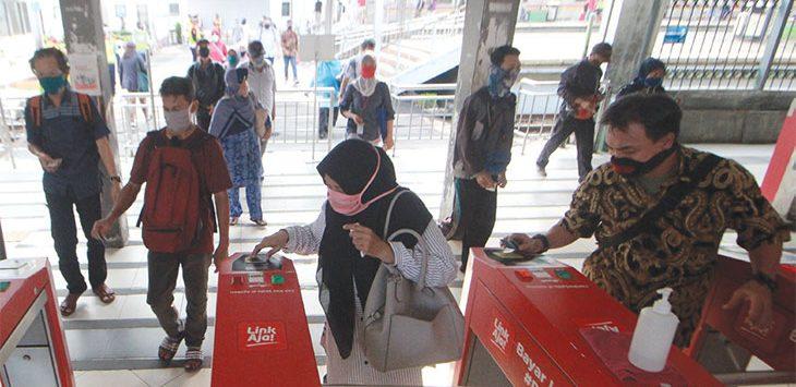 Sejumlah pengguna KRL Commuter Line berada di pintu keluar Stasiun Depok Lama, Kecamatan Pancoranmas, beberapa waktu lalu.