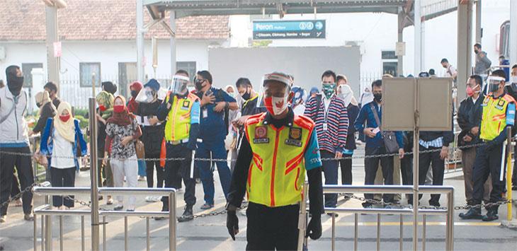 Sejumlah pengguna KRL Commuter Line berada di pintu keluar Stasiun Depok Lama, Kecamatan Pancoranmas.