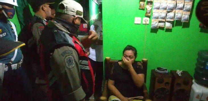 Petugas Satpol PP Kabupaten Cirebon saat merazia warung remang-remang di Desa Mundu Pesisir Kecamatan Mundu. Bima
