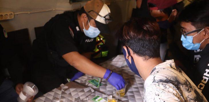 Para pengunjung Caffe yang di tes urin oleh jajaran Reserse Narkoba Polres Purwakarta.