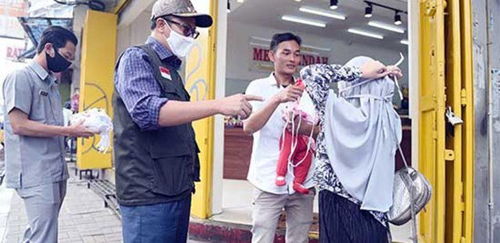 Walikota Sukabumi, Achmad Fahmi saat memberikan masker kepada warga.