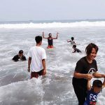 Wisatawan-di-Pantai-Palabuhanratu