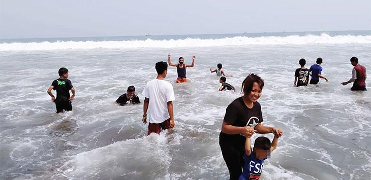 Sejumlah wisatawan baik itu wisatawan lokal maupun luar daerah saat berkunjung di Pantai Palabuhanratu, Kabupaten Sukabumi, minggu (28/6/2020).