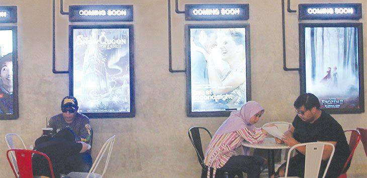 Ilustrasi, Pengunjung berada di bioskop yang ada di salah satu mall di kawasan Jalan Margonda Raya.
