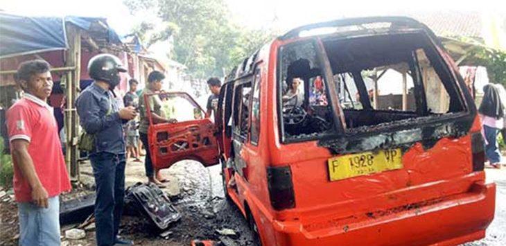 Angkot Jurusan Parungkuda-Parakansalak terbakar di Desa Sundawenang, Kecamatan Parungkuda.