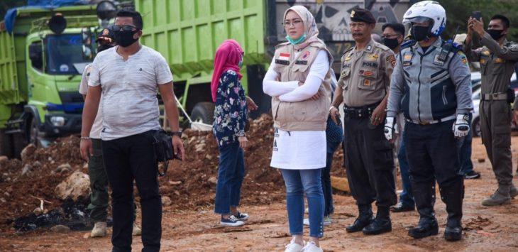 Dengan masih menggunakan pakaian olah raga, Bupati Purwakarta, Anne Ratna Mustika sidak ke lokasi Galian tanah merah dan langsung menyegelnya dengan garis polisi sebagai tanda lokasi di tutup.