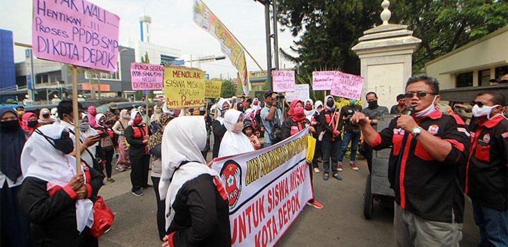 Sejumlah anggota Dewan Kesehatan Rakyat (DKR) bersama orang tua murid melakukan demo sebagai bentuk protes adanya penolakan siswa miskin dalam Penerimaan Peserta Didik Baru (PPDB) di depan Kantor Balaikota Depok, Kamis (2/7/2020).