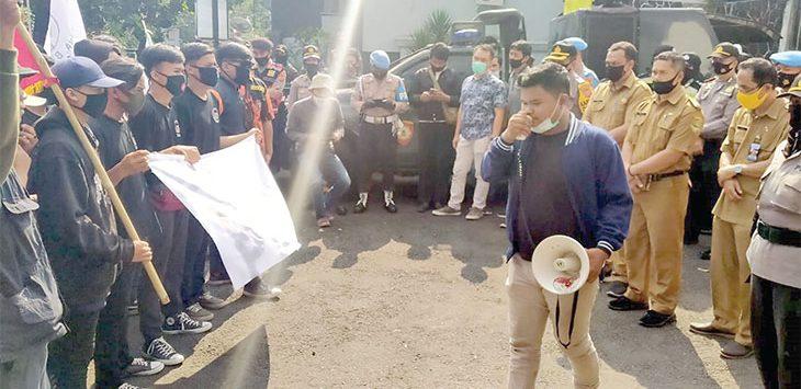 Sejumlah massa yang tergabung dalam LAS saat melakukan orasi di Halaman Dinas Binamarga dan Penataan Ruang UPTD Pengelolaan Jalan dan Jembatan Wilayah II Sukabumi, selasa (28/7/2020).