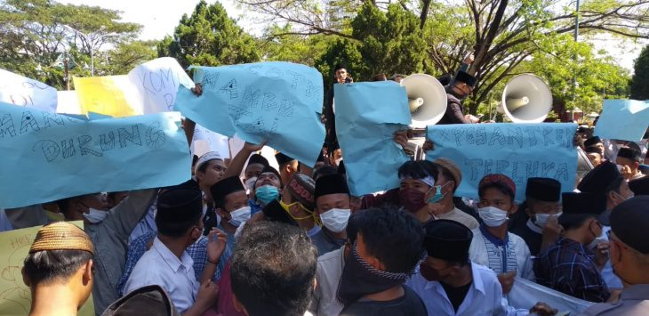 Ratusan santri menggelar aksi damai di depan Kantor DPRD Kabupaten Cirebon, Selasa (7/7). Bima