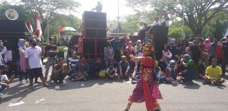 Aksi unjuk rasa ratusan pekerja seni di depan Kantor Bupati Cirebon, Jumat (10/7). Bima