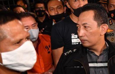 Djoko Tjandra dikawal ketat petugas usai ditangkap di Kuala Lumpur, Malaysia, Kamis (30/7/2020). Foto Antara