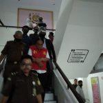 Kejari Kota Bogor menahan kontraktor yang korupsi dana BOS (foto adi)