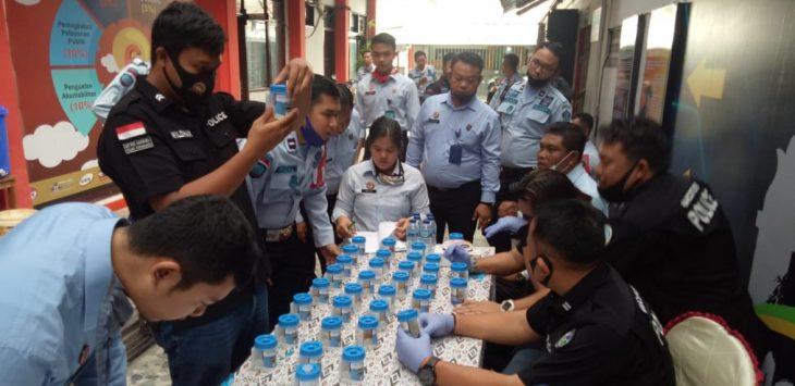 Para penjaga Lapasa Kelas II Purwakarta di tes urine oleh Reserse Narkoba Polres Purwakarta.