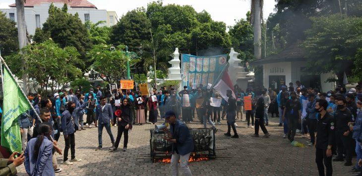 Aliansi mahasiswa UGJ gelar aksi di gedung DPRD Kota Cirebon. Dede
