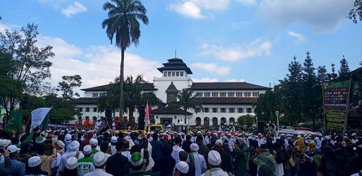 Massa aksi di depan Gedung Sate./Foto:  Rmol