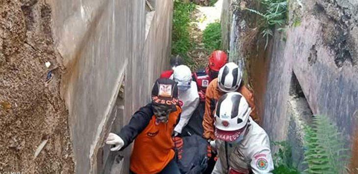 Sejumlah petugas saat melakukan evakuasi mayat di Jalan Raya Salakopi, Kampung Salakopi RT4/4, Desa Lambursawah, Kecamatan Cicantayan, minggu (12/7/2020).
